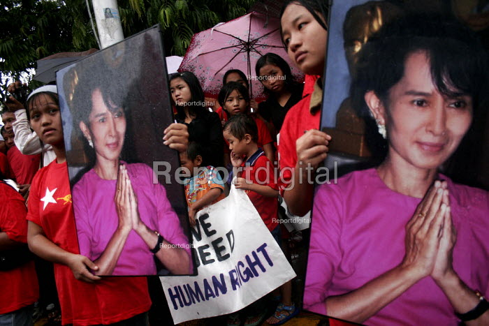 Burmese refugees in New Delhi, protesting against military atrocities within Burma and with pictures of the opposition leader Aung San Suu Kyi - Tashi Tobgyal - 2009-02-03