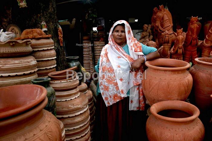 A potter in front of her ceramic shop, in New Delhi. - Tashi Tobgyal - 2009-02-03