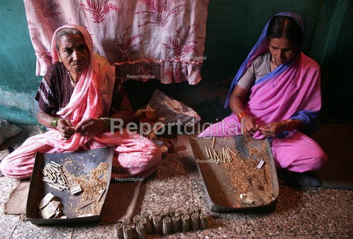Women roll beedis (tendu rolled tobacco cigarettes) in Nasik, Maaharashtra. India. The Beedi industry is one of the largest in India - Tashi Tobgyal - 2009-05-26