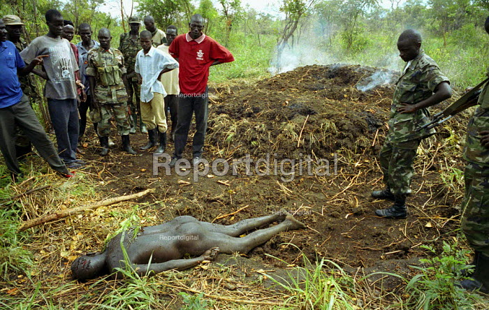 UPDF soldiers find the body of a villager who was one of three villagers abducted and killed by LRA rebels while they tried to protect their village from an attack. Gulu, northern Uganda 2005 - Thomas Morley - 2005-03-16