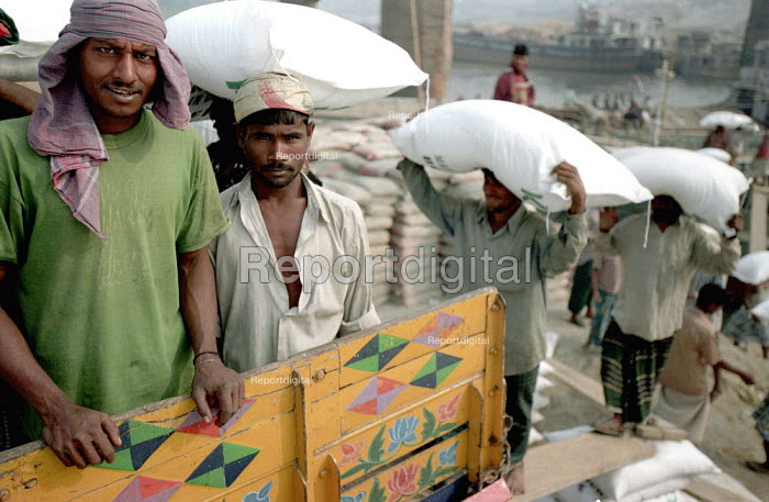 Trucks being loaded in Dhaka - many of the long distance truck drivers use prostitutes along the main highways so spreading the AIDS epidemic within Bangladesh. 2002 - Thomas Morley - 2002-03-05