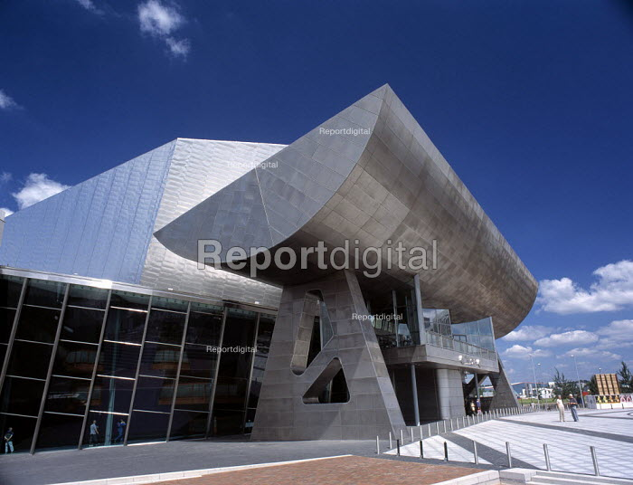 Entrance canopy at The Lowry, Salford Quays Manchester. - Len Grant - 2000-06-01