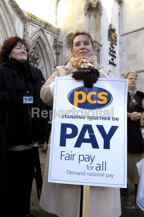 PCS civil servants national pay strike. Picket of the Royal Courts of Justice, Central London - Paul Mattsson - 2004-01-29