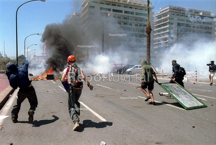 Anti Capitalist protesters making a burning barricade riot police and tear gas, Genoa G8 summit. - Paul Mattsson - 2001-07-21