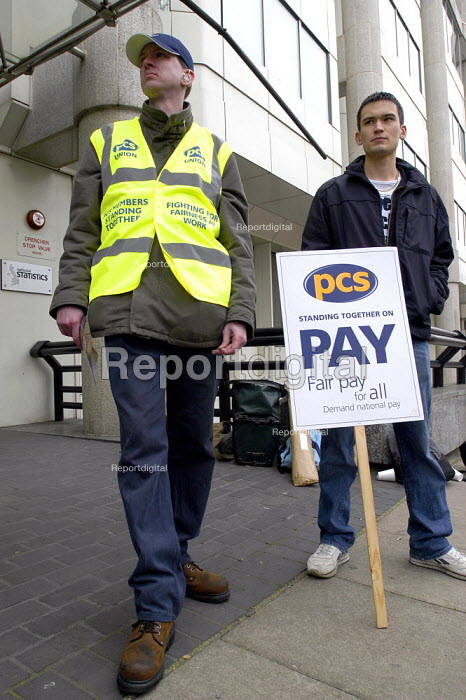 PCS and Prospect civil servants national two day pay strike. Picket of the Office of National Statistics, Central London. This is the first time that workers in this government department have ever taken strike action - Paul Mattsson - 2004-04-13