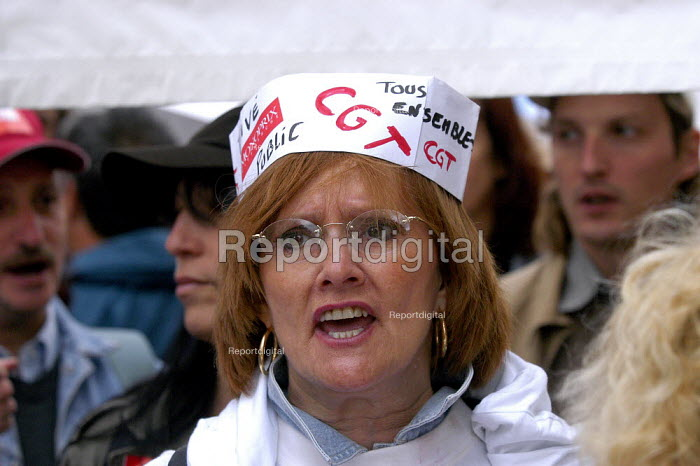 French trade union members march through Paris against the governments proposed pension reforms and public sector restructuring and privatisation plans - Paul Mattsson - 2003-05-25