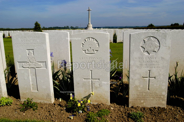 British and Commonwealth first world war cemetery at Mont Huon, Somme region, France. There are around 3000 buried here. British, Australian and Irish soldiers lie side by side - Paul Mattsson - 2004-06-07