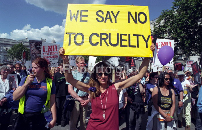 March against factory farming organised by viva, the vegetarian and animal rights campaigning organisation - Paul Mattsson - 2002-07-13