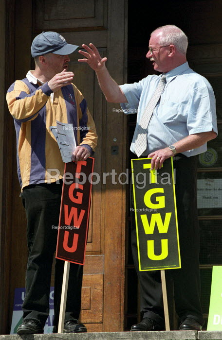 TGWU council workers strike against low pay. Picket of Hackney town hall in east London - Paul Mattsson - 2002-07-17