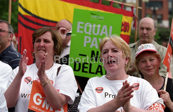 GMB council workers strike against low pay. Rally at Potters Field - Paul Mattsson - 2002-07-17