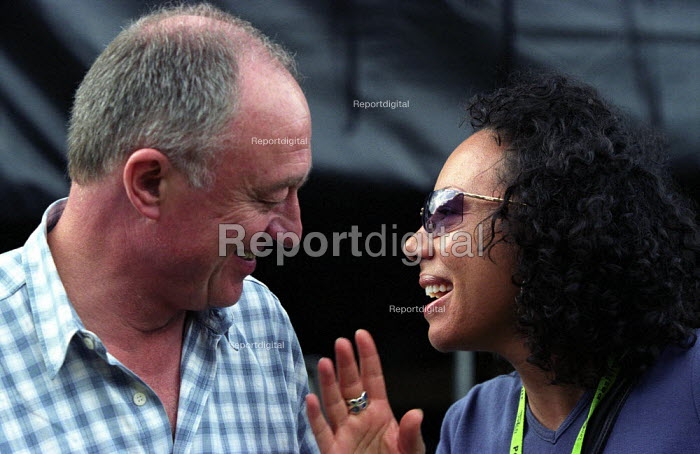 Respect anti racist festival in Victoria Park, East London. London mayor Ken Livingstone with Oona King MP, Labour MP for Bow and Bethnal Green - Paul Mattsson - 2002-07-20