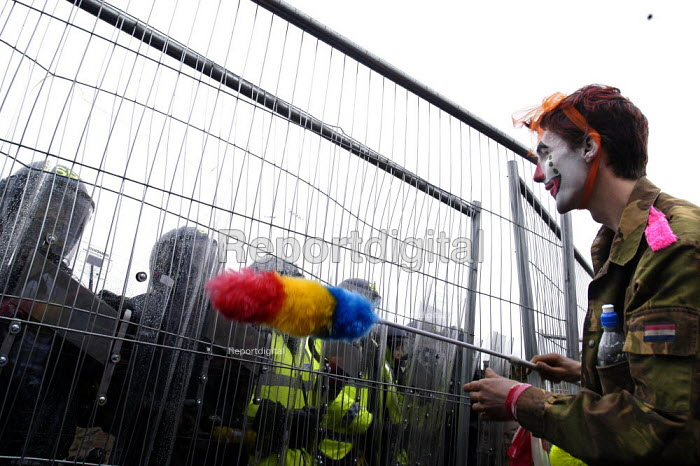 Protester confronts riot police protecting security fence G8 summit. G8 Alternatives march through Auchterarder, Perthshire. - Paul Mattsson - 2005-07-06