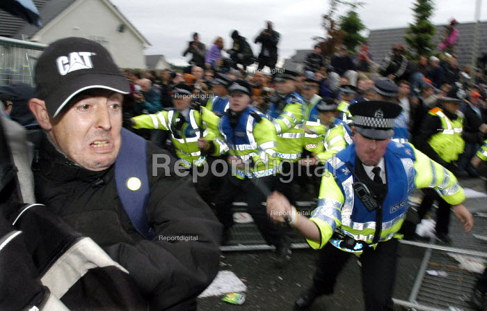 Riot police protect security fence, G8 summit. G8 Alternatives march through Auchterarder, Perthshire. - Paul Mattsson - 2005-07-06