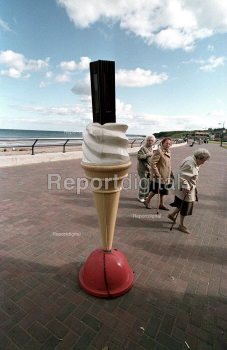Pensioners day out. Spittal promenade, Spittal promenade, Berwick-upon-Tweed, Northumberland - Paul Mattsson - 2002-08-31