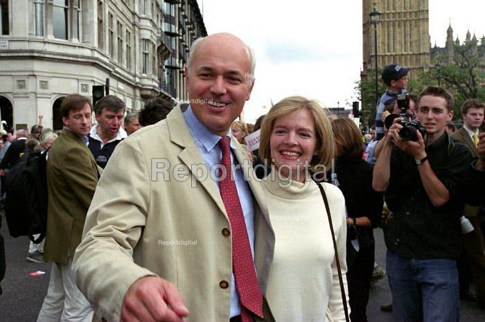 Conservative Party leader Iain Duncan Smith and media at the Countryside Alliance march - Paul Mattsson - 2002-09-23