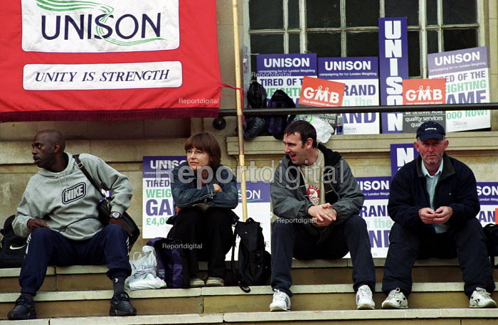 Local government workers one day strike for fair London weighting, picket of Hackney Town Hall in East London - Paul Mattsson - 2002-10-01