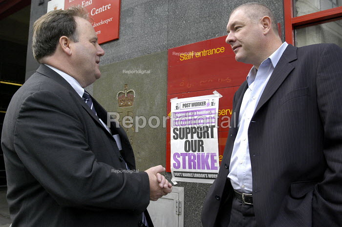 CWU postal workers 24 hour strike for an increase in their London wieghting. CWU general secretary Billy Hayes and deputy general secretary Dave Ward on the picket line at Rathbone Place sorting office in London - Paul Mattsson - 2003-10-01