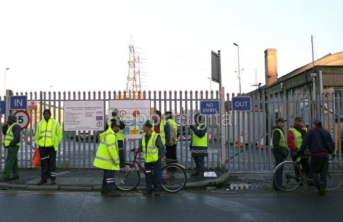 Hackney Council Binmen and Roadsweepers, members of GMB, TGWU and UNISON on a one day strike over London Weighting picket Millfields Road depot, Hackney, East London - Paul Mattsson - 2002-11-04