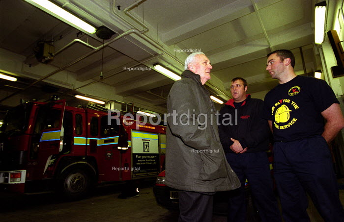 FBU Firefighters National Pay Strike. Lambeth Fire Station which is part of London Fire Brigade Headquarters, South London. Former Labour MP Tony Benn shows his support and solidarity just before the strike starts - Paul Mattsson - 2002-11-13