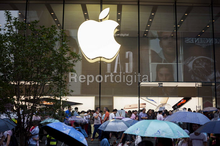 Busy crowds outside the Apple Store, Nanjing Road, Shanghai, China. - Connor Matheson - 2015-10-04