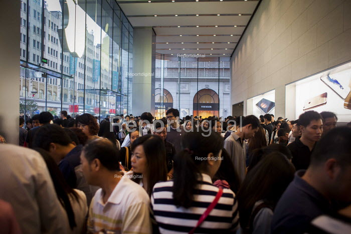 Busy crowds inside the Apple Store, Nanjing Road, Shanghai, China. - Connor Matheson - 2015-10-04