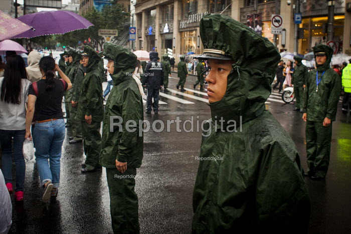 Army soldiers deployed for crowd control, national holiday, Nanjing Road, Shanghai, China. - Connor Matheson - 2015-10-04