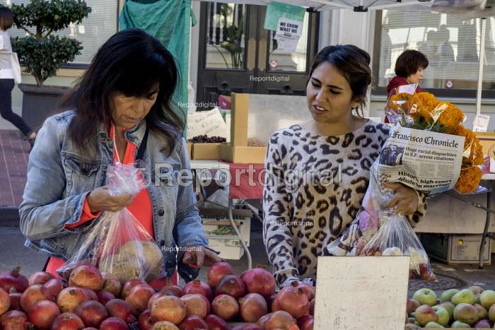 California, Oakland farmers market near Chinatown, Asian immigrants shopping - David Bacon - 2015-11-06