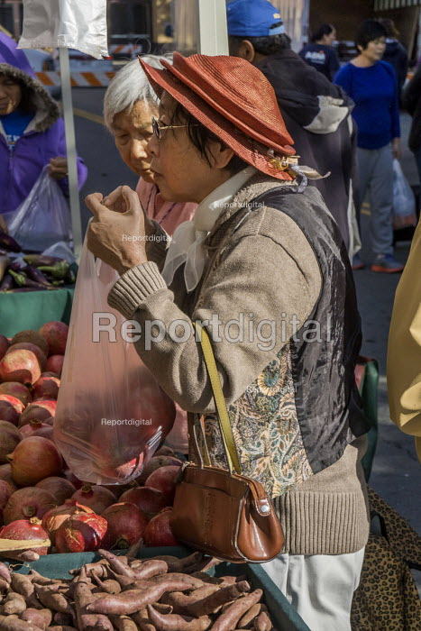 California, Oakland farmers market near Chinatown, Asian immigrants shopping - David Bacon - 2015-11-20