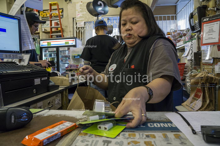California, shopworker at the checkout, hardware store, Berkeley - David Bacon - 2015-11-04