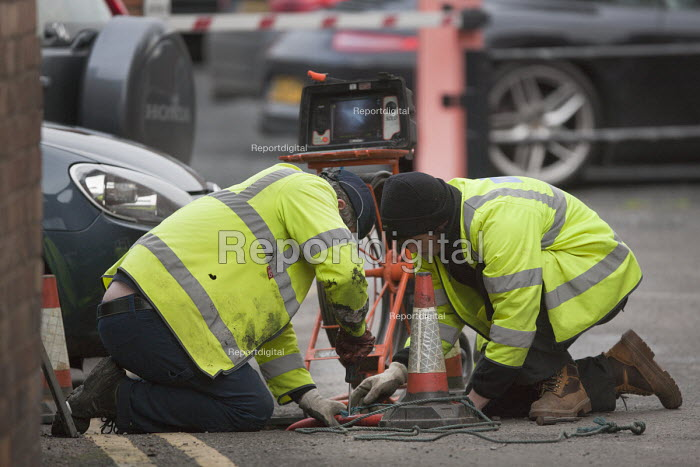 Workers fixing an underground fibre optical cable, winch and monitor, Stratford upon Avon, Warwickshire - John Harris - 2015-11-27