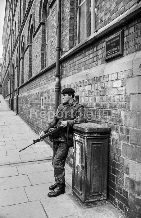 Northern Ireland, British soldier patrolling the streets, Derry, 1971after the imposition of internment without trial - Martin Mayer - 1971-08-13