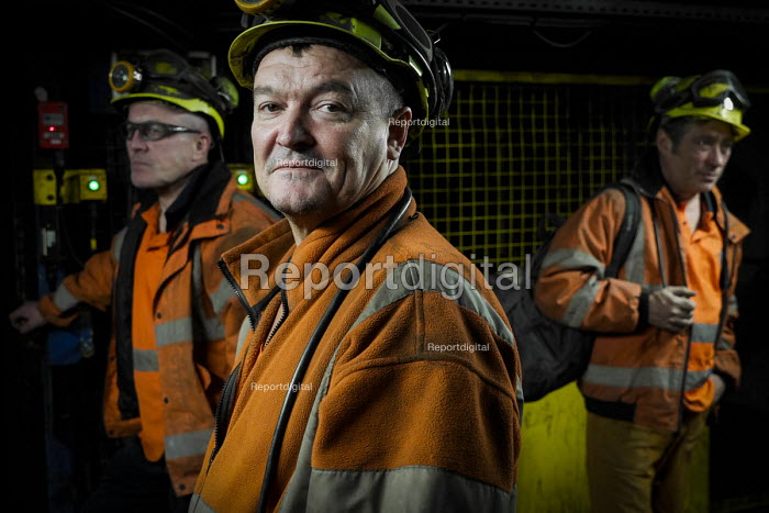 Miners going on shift at Kellingley Colliery. Knottingley near Pontefract, Yorkshire.The last deep coal mine is scheduled to be closed in December 2015 bringing the deep coal mining industry to an end in the UK. - Mark Pinder - 2015-12-03