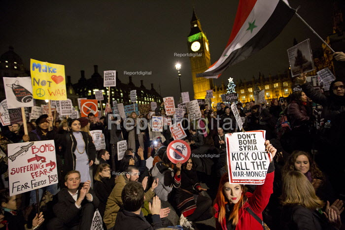 Don't Bomb Syria protest, as the debate and vote takes place in Parliament. Parliament Square. Westminster. London. - Jess Hurd - 2016-12-03