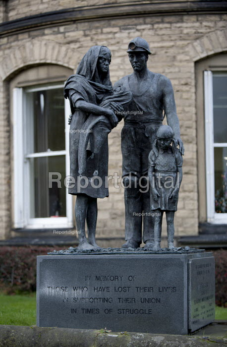 Memorial statue To those who lost their lives in supporting their Union in times of struggle, Barnsley NUM headquarters - John Harris - 2015-12-04