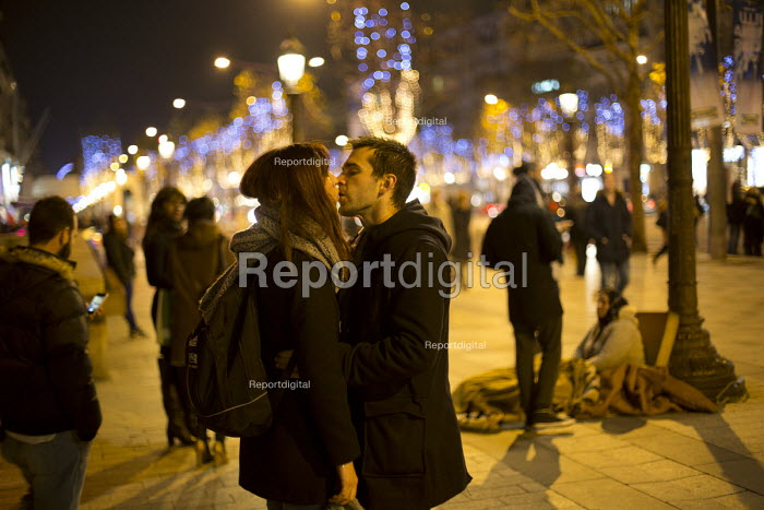 Couple kiss on the Champs Elysee infront of a muslim woman begging, Paris - Jess Hurd - 2015-12-11