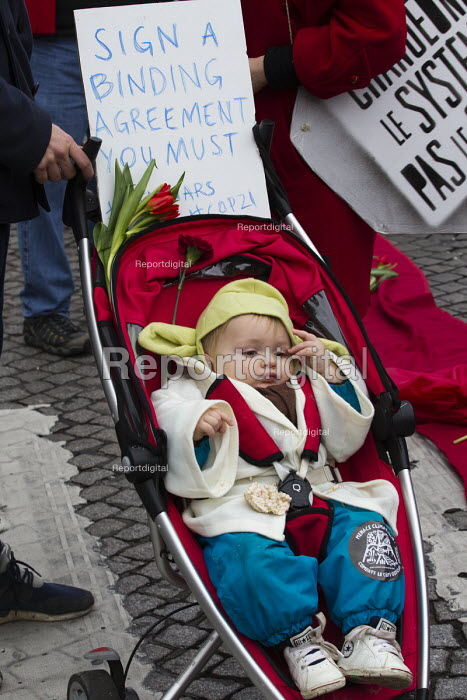 Red Lines climate change protests COP21 Climate Summit. Paris. Child in a pushchair - Jess Hurd - 2015-12-12