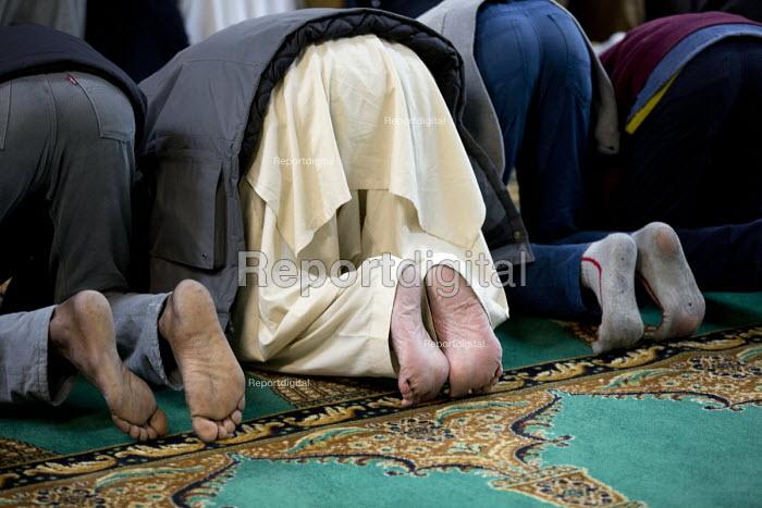 Evening prayers at Birmingham Central Mosque, West Midlands. - Jess Hurd - 2015-12-24