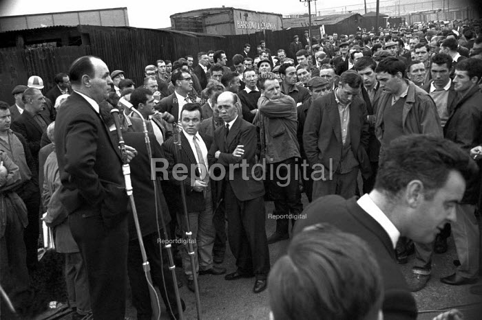 Dockers walk away from TGWU officials, mass meeting, Victoria and Albert Dock, East London August 1965 - NLA - 1965-08-18