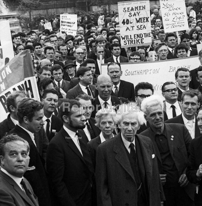 Seamens strike 1966. Bertrand Russell and Peace Foundation with striking Seamen, Trafalgar Square London. Ralph Schoenman (L) - NLA - 1966-06-05