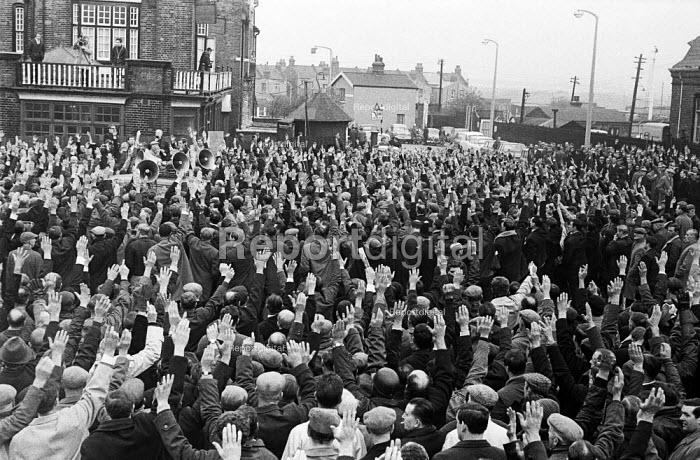 Docks strike 1967. Dockers voting at a mass meeting outside Royal Docks London - NLA - 1967-10-19