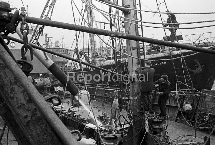 Hull fish dock. Crew preparing one of the large trawlers, Port of Grimsby 1968 - Martin Mayer - 1968-10-29