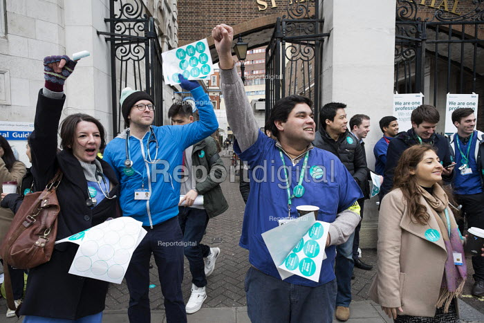 Junior doctors strike over new contract. St Marys Hospital, Paddington, London. - Philip Wolmuth - 2016-01-12