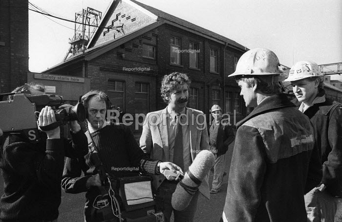 TV journalist interviewing NUM members returning to work at Silverwood Colliery, miners strike. Television camera crew films miners returning to work at the end of the year long strike. Yorkshire - John Harris - 1985-03-09