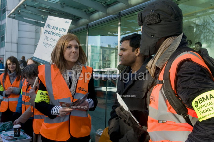 Junior Doctors national 1 day strike over employment contracts. Junior Doctors on the picket line at University College Hospital, London - Stefano Cagnoni - 2016-01-12
