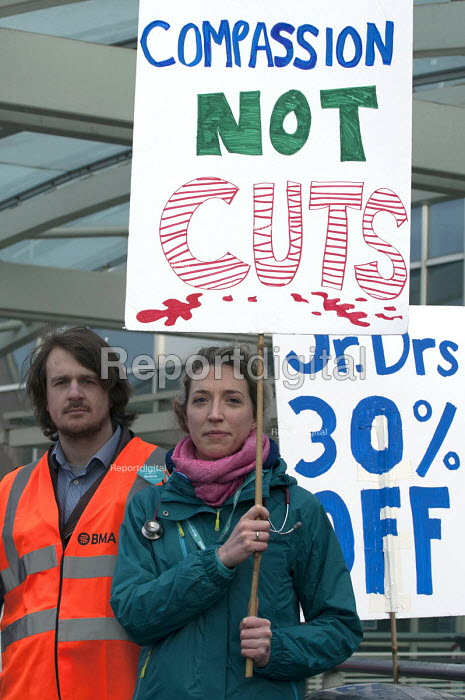 Junior doctors strike over new contract. Worcestershire Royal Hospital - Timm Sonnenschein - 2016-01-12