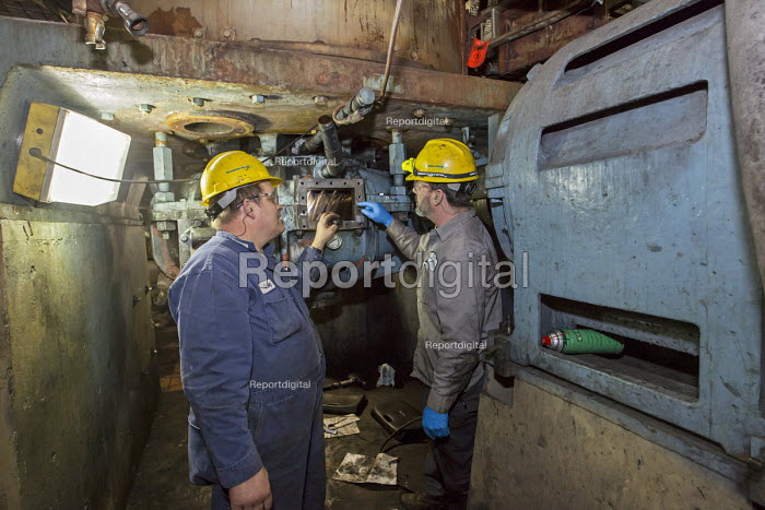 Michigan, Consumers Energy B.C. Cobb coal fired power station. Maintenance workers repairing a machine that crushes coal prior to burning - Jim West - 2016-01-09