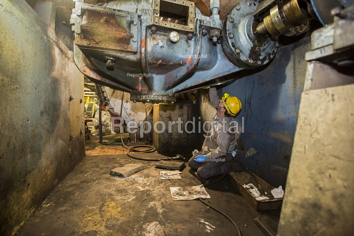 Michigan, Consumers Energy B.C. Cobb coal fired power station. Maintenance workers repairing a machine that crushes coal before it is burned - Jim West - 2016-01-09