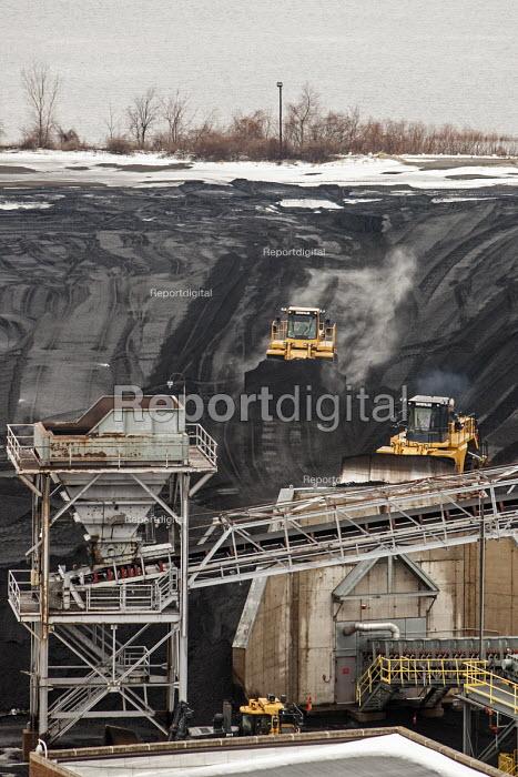 Michigan, Consumers Energy B.C. Cobb coal fired power station. Bulldozers push coal onto a conveyor - Jim West - 2016-01-09