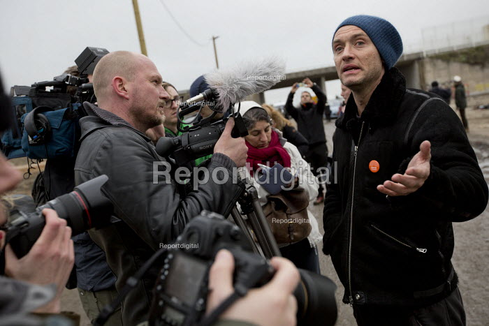 Jason Parkinson interviews actor Jude Law campaigning for child refugees in the makeshift Jungle refugee camp, Calais, France. - Jess Hurd - 2016-02-21