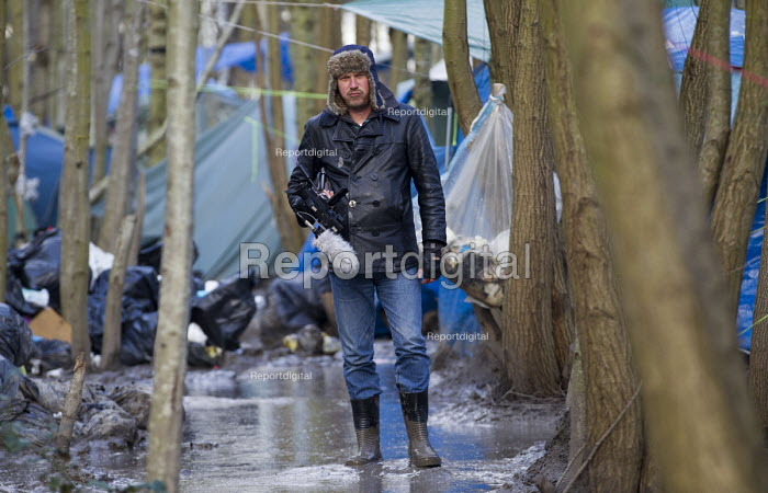 Jason N. Parkinson, video journalist films squalid conditions in the Grande-Synthe refugee camp. Dunkirk, France. - Jess Hurd - 2016-02-24
